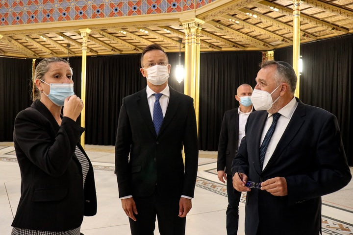 Hungarian FM visits newly renovated synagogue, meets Hungarian Jewish community president