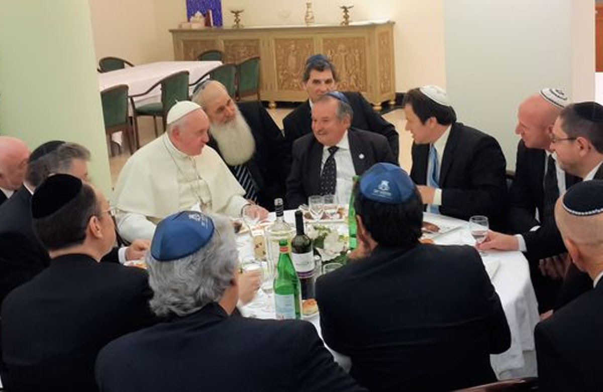 Pope Francis hosts Argentine Jewish leaders for kosher lunch