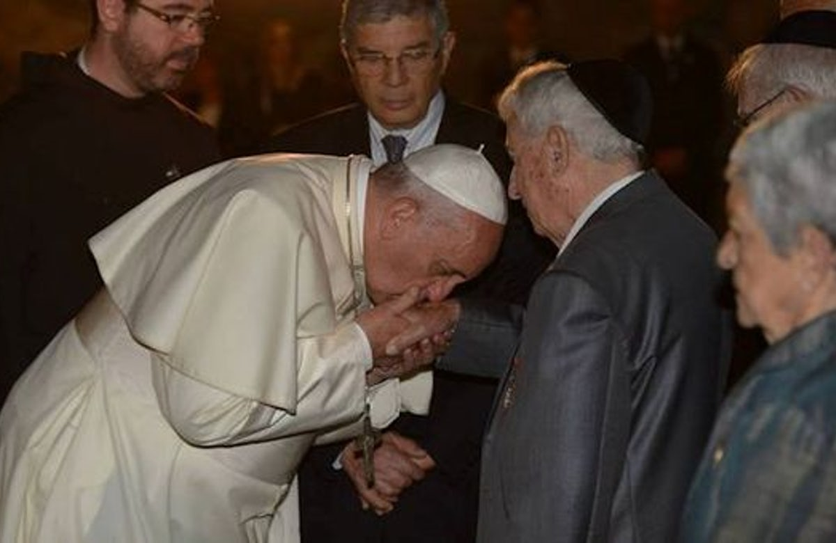 In Jerusalem, Pope kisses hands of six Shoah survivors, pays respects to terror victims